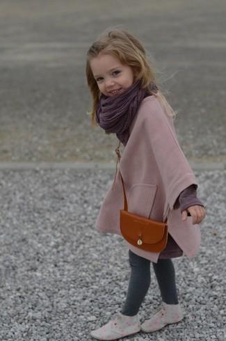 Come indossare: cappotto rosa, t-shirt manica lunga melanzana scuro, leggings grigi, chukka grigie