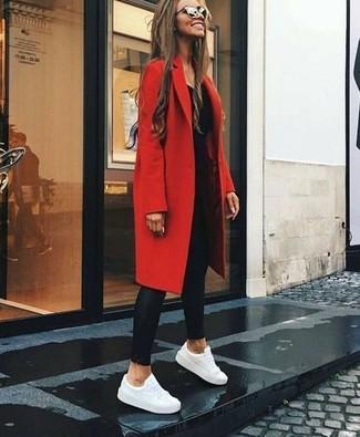 Come indossare e abbinare: cappotto rosso, t-shirt manica lunga nera, leggings in pelle neri, sneakers basse in pelle bianche