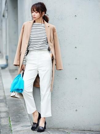 Come indossare: cappotto beige, t-shirt manica lunga a righe orizzontali bianca e nera, pantaloni stretti in fondo bianchi, décolleté in pelle scamosciata neri