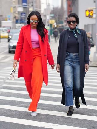 Come indossare e abbinare: cappotto rosso, top corto fucsia, pantaloni larghi arancioni, stivaletti in pelle scamosciata grigi