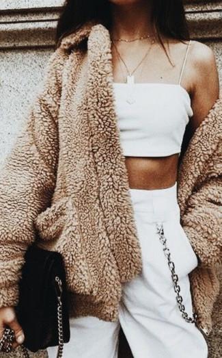 Come indossare: cappotto di pile marrone chiaro, top corto bianco, pantaloni sportivi bianchi, borsa a tracolla in pelle scamosciata nera