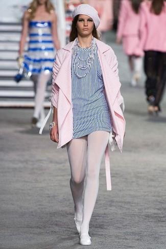 Come indossare: cappotto a righe verticali rosa, tunica a righe verticali bianca e blu, ballerine in pelle bianche, berretto bianco