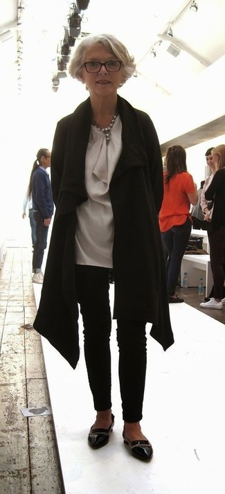 Come indossare e abbinare: cappotto nero, tunica di seta grigia, pantaloni skinny neri, mocassini eleganti in pelle neri