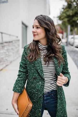 Come indossare: cappotto di tweed verde, dolcevita a righe orizzontali bianco e nero, jeans aderenti blu scuro, pochette in pelle marrone chiaro
