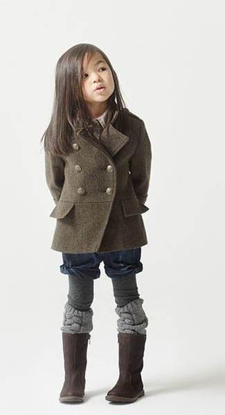 Come indossare: cappotto verde oliva, pantaloncini blu scuro, stivali marrone scuro, collant grigio