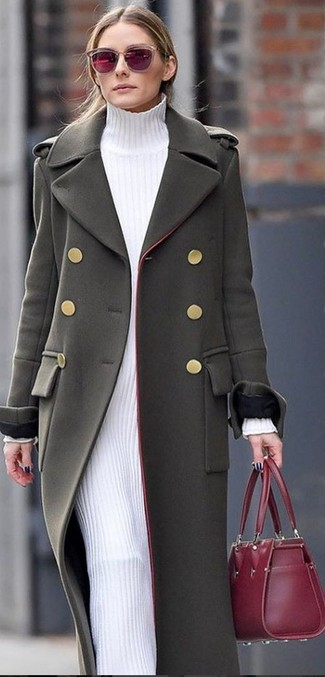Come indossare: cappotto verde oliva, vestito di maglia bianco, borsa shopping in pelle bordeaux, occhiali da sole bordeaux