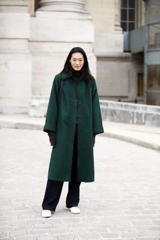 Come indossare: cappotto verde scuro, dolcevita grigio scuro, pantaloni larghi neri, sneakers basse in pelle bianche
