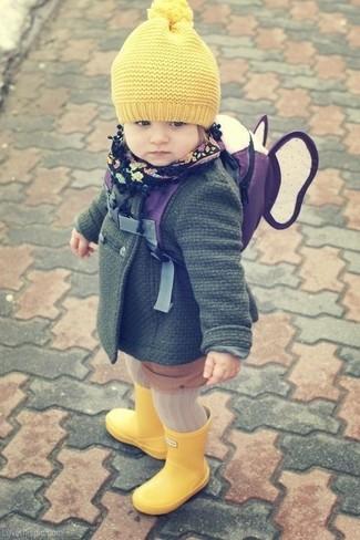 Come indossare: cappotto verde scuro, stivali di gomma gialli, cuffia giallo
