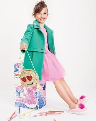 Come indossare: cappotto verde, vestito in tulle rosa, sneakers rosa, borsa dorata