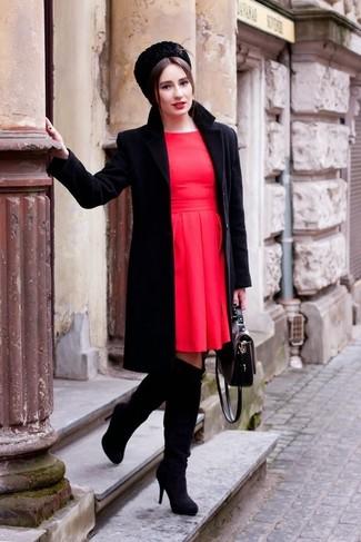 Impreziosisci il tuo lokk per il tempo libero con un cappotto nero e un vestito a pieghe rosso. Un paio di stivali sopra il ginocchio in pelle scamosciata neri si abbina alla perfezione a una grande varietà di outfit.