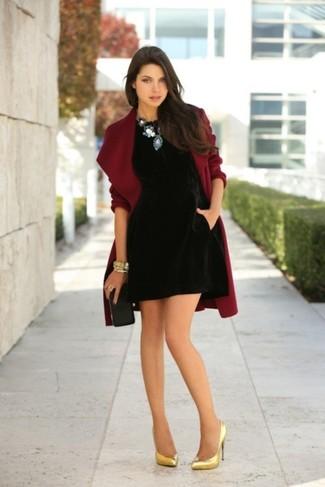 7efe32261590fc ... Look alla moda per donna: Cappotto bordeaux, Vestito a trapezio di  velluto nero,