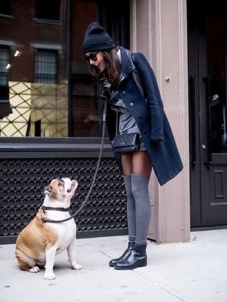 Come indossare: cappotto blu scuro, vestito a trapezio grigio, stivali chelsea in pelle neri, calzini lunghi grigi