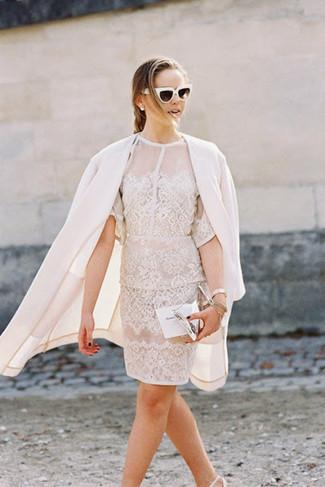 Come indossare e abbinare: cappotto bianco, vestito a tubino di pizzo bianco, décolleté in pelle bianchi, pochette in pelle argento