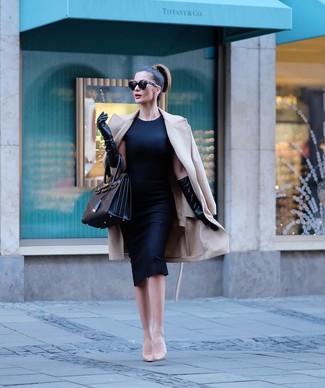 Come indossare e abbinare décolleté in pelle beige: Potresti indossare un cappotto beige e un vestito a tubino nero per un look ordinato e appropriato. Un paio di décolleté in pelle beige si abbina alla perfezione a una grande varietà di outfit.