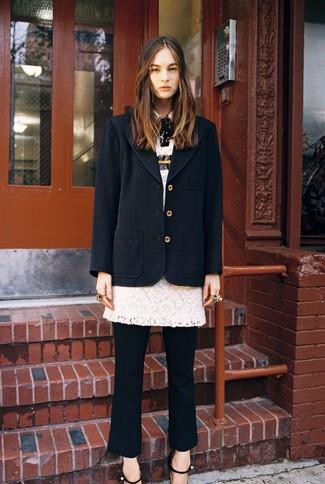 Come indossare: cappotto nero, vestito a tubino di pizzo bianco, pantaloni eleganti neri, sandali con tacco in pelle neri
