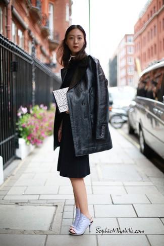 Come indossare e abbinare: cappotto in pelle nero, vestito a tubino nero, sabot in pelle viola chiaro, pochette a pois bianca e nera