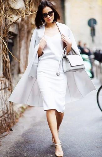 Come indossare: cappotto bianco, vestito a tubino bianco, sandali con tacco in pelle beige, borsa a tracolla in pelle bianca