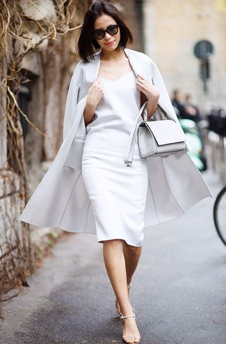 Come indossare: cappotto grigio, vestito a tubino bianco, sandali con tacco in pelle beige, borsa a tracolla in pelle bianca