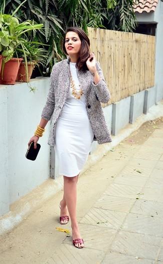 Abbina un cappotto grigio con una pochette in pelle scamosciata nera, perfetto per il lavoro. Sandali piatti in pelle rossi danno un tocco informale al tuo abbigliamento.