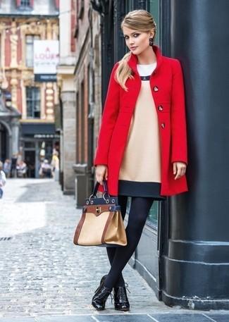 Come indossare: cappotto rosso, vestito a tubino di lana beige, stivaletti con lacci in pelle neri, cartella in pelle marrone chiaro