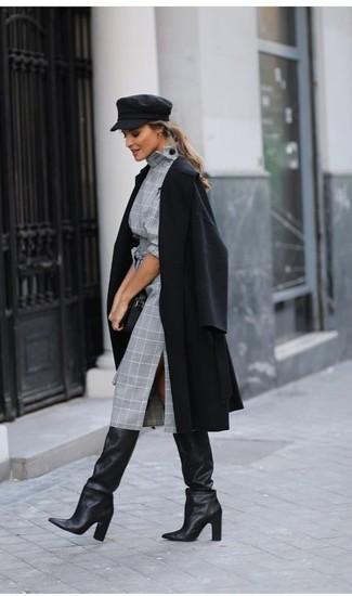 Come indossare e abbinare: cappotto nero, vestito a tubino scozzese grigio, stivali al ginocchio in pelle neri, pochette in pelle nera