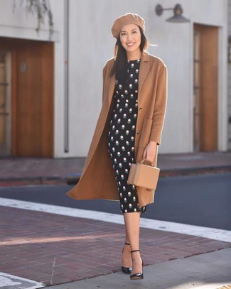 Come indossare: cappotto marrone chiaro, vestito aderente a pois nero, décolleté in pelle neri, pochette in pelle marrone chiaro