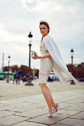 Come indossare: cappotto bianco, vestito aderente di pizzo bianco, sandali con tacco in pelle bianchi, pochette in pelle argento