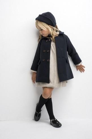 Come indossare: cappotto grigio scuro, vestito beige, ballerine nere, cuffia grigio scuro