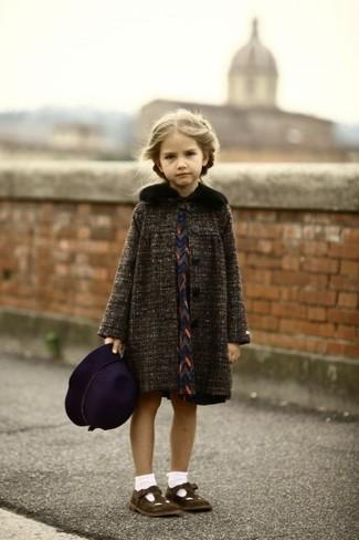 Come indossare: cappotto grigio scuro, vestito blu scuro, ballerine marrone scuro, borsalino melanzana scuro