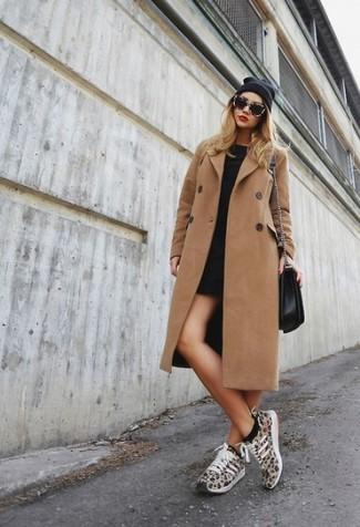 Come indossare e abbinare un cappotto con scarpe sportive