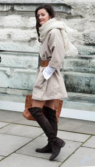 Come indossare: cappotto beige, vestito chemisier bianco, stivali sopra il ginocchio in pelle scamosciata marrone scuro, borsa shopping in pelle marrone