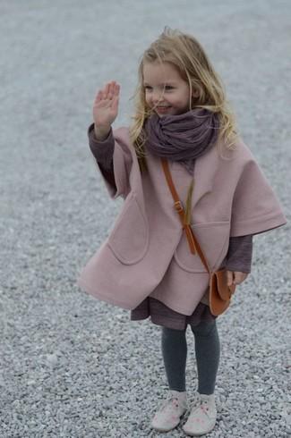Come indossare: cappotto rosa, vestito viola melanzana, chukka grigie, sciarpa viola melanzana
