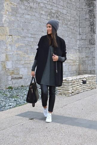 Come indossare: cappotto nero, vestito di maglia grigio, jeans aderenti in pelle neri, sneakers basse in pelle bianche