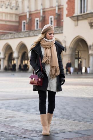 Come indossare e abbinare una borsa a tracolla in pelle bordeaux: Combina un cappotto lavorato a maglia grigio scuro con una borsa a tracolla in pelle bordeaux per un look facile da indossare. Per distinguerti dagli altri, prova con un paio di stivali ugg marrone chiaro.