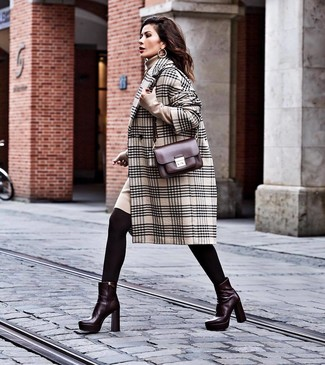 Come indossare e abbinare: cappotto scozzese beige, vestito di maglia beige, stivaletti in pelle bordeaux, borsa a tracolla in pelle bordeaux