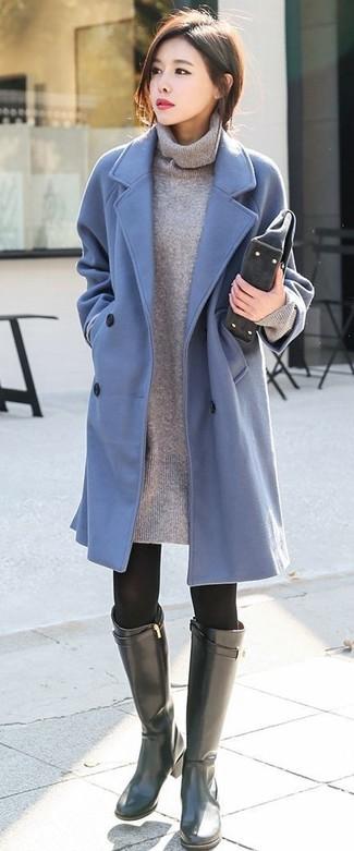 Come indossare: cappotto azzurro, vestito di maglia grigio, stivali al ginocchio in pelle neri, pochette in pelle scamosciata grigio scuro