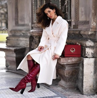 Come indossare e abbinare: cappotto bianco, vestito di maglia bianco, stivali al ginocchio in pelle bordeaux, cartella in pelle rossa