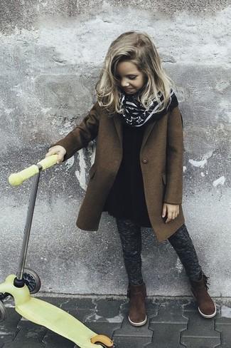 Come indossare: cappotto marrone, vestito di lana nero, leggings grigio scuro, stivali in pelle scamosciata marrone scuro