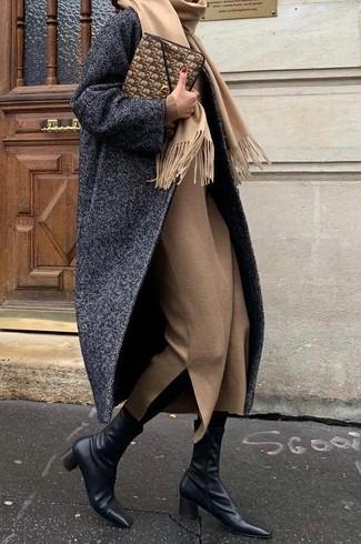 Come indossare: cappotto a spina di pesce grigio scuro, vestito longuette di lana marrone chiaro, stivaletti in pelle neri, pochette in pelle marrone