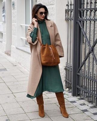 Come indossare: cappotto beige, vestito longuette di chiffon verde scuro, stivali al ginocchio in pelle scamosciata terracotta, borsa a secchiello in pelle scamosciata terracotta
