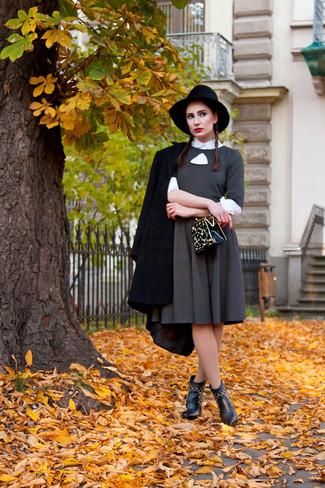 Come indossare: cappotto nero, vestito svasato grigio, camicia elegante bianca, stivaletti in pelle neri