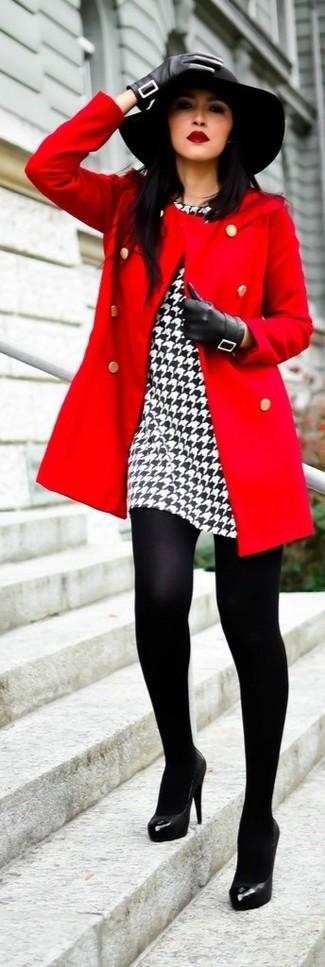 Un cappotto rosso e un vestito tubino con motivo pied de poule bianco e nero non potrai che essere elegantissima. Un paio di décolleté in pelle neri si abbina alla perfezione a una grande varietà di outfit.