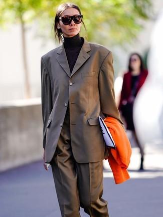 Come indossare e abbinare una pochette di tela stampata bianca e nera: Scegli un outfit composto da un cardigan arancione e una pochette di tela stampata bianca e nera per andare a prendere un caffè in stile casual.