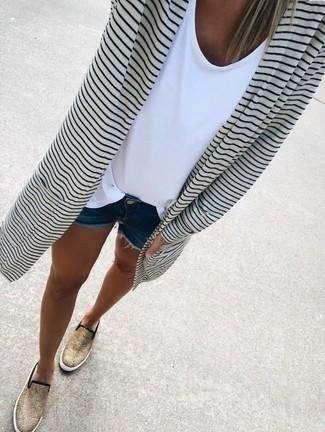 Come indossare e abbinare: cardigan aperto a righe orizzontali bianco e nero, t-shirt girocollo bianca, pantaloncini di jeans blu scuro, sneakers senza lacci leopardate marrone chiaro