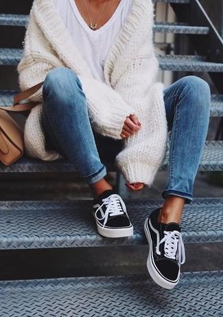 Come indossare: cardigan aperto lavorato a maglia bianco, t-shirt con scollo a v bianca, sneakers basse di tela nere e bianche, borsa a tracolla in pelle marrone chiaro