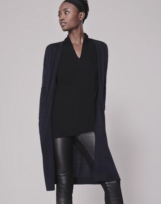 Come indossare: cardigan aperto blu scuro, camicetta manica lunga nera, pantaloni skinny in pelle neri