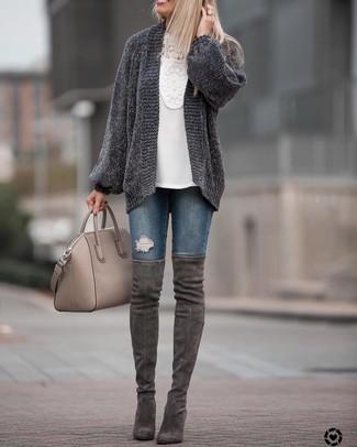 Come indossare e abbinare: cardigan aperto lavorato a maglia grigio scuro, camicetta manica lunga all'uncinetto bianca, jeans aderenti strappati blu scuro, stivali sopra il ginocchio in pelle scamosciata grigio scuro