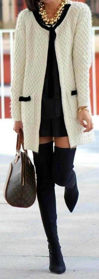 Come indossare e abbinare: cardigan aperto lavorato a maglia bianco, camicetta manica lunga nera, minigonna a pieghe nera, stivali sopra il ginocchio in pelle scamosciata neri