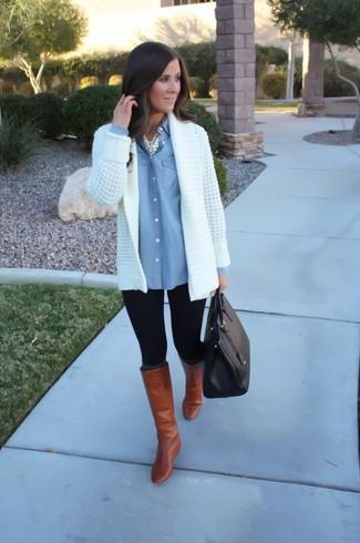 Come indossare: cardigan aperto lavorato a maglia bianco, camicia di jeans azzurra, leggings neri, stivali al ginocchio in pelle terracotta
