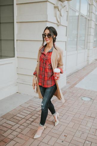 Come indossare: cardigan aperto lavorato a maglia marrone chiaro, camicia elegante scozzese rossa, jeans aderenti strappati neri, décolleté in pelle beige